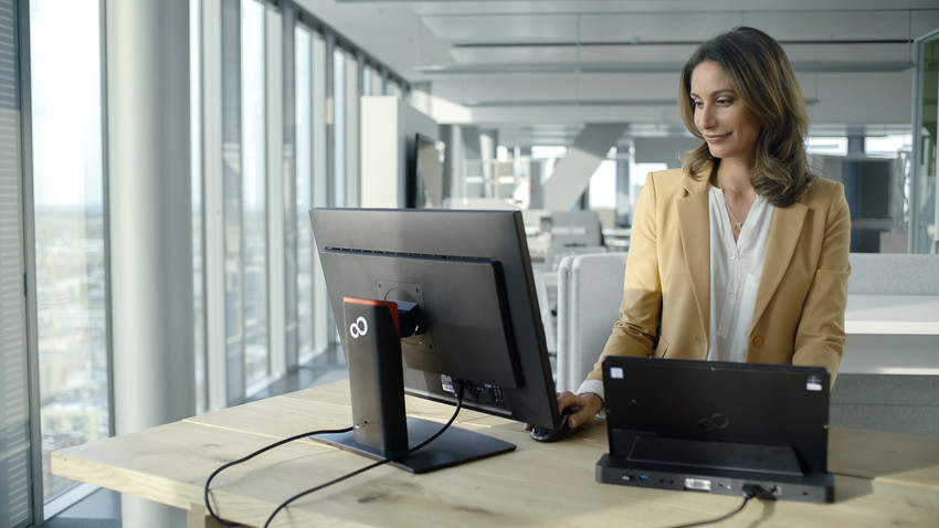49651_Woman_in_the_office_scr